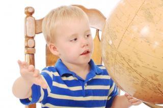 Мальчик обучения georgraphy