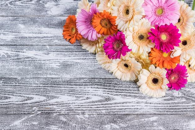 Цветы герберы на деревенском фоне, цветочная открытка