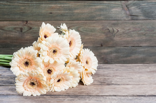 Цветы герберы на деревянной поверхности, винтажная цветочная поверхность