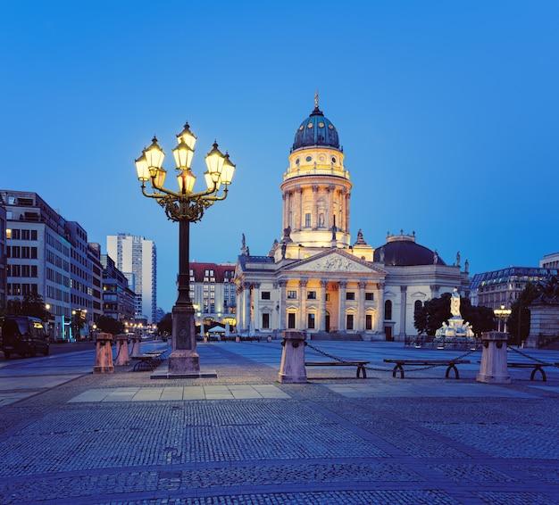 夜のベルリンのジャンダルメンマルクのドイツ大聖堂