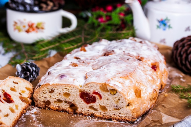 ドライフルーツとナッツとシュトーレンのドイツのクリスマスケーキがテーブルにクローズアップ