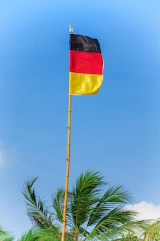 푸른 하늘 배경 극단적인 근접 촬영에 바람에 부는 독일 국기.