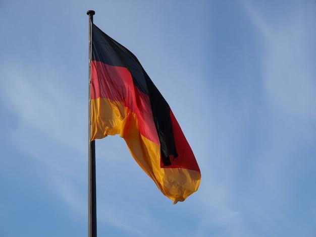 푸른 하늘 위에 독일 국기