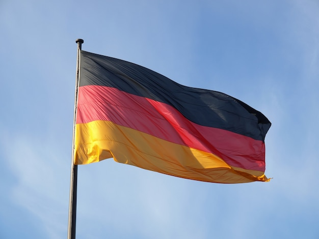 Немецкий флаг над голубым небом