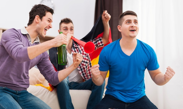 ドイツのサッカーファンはテレビでサッカーをサポートしました