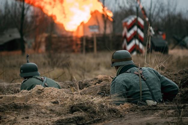Немецкие солдаты в бою в окопе