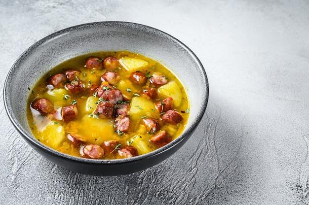 スモークソーセージとドイツのスプリットエンドウ豆のスープ