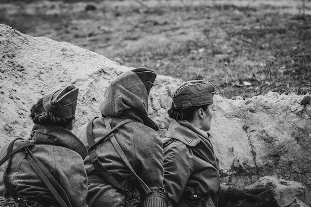 黒と白の写真の避難所でドイツ国防軍の無線オペレーター。ホメリ、ベラルーシ