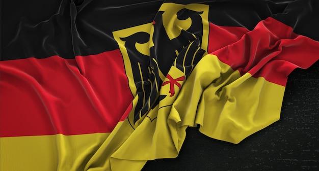 어두운 배경에 주름이 독일 국기 3d 렌더링
