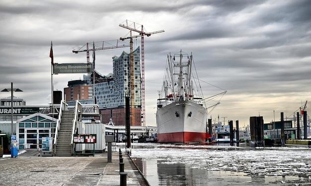 ドイツハンブルクの橋港湾