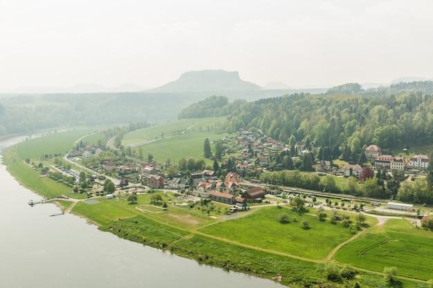 독일, 엘베 강의 녹색 숲에있는 지방 도시. 오래된 유럽 스타일의 건물, 독일 건축