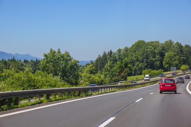 Германия. летний день. пригородная трасса. автомобильный трафик