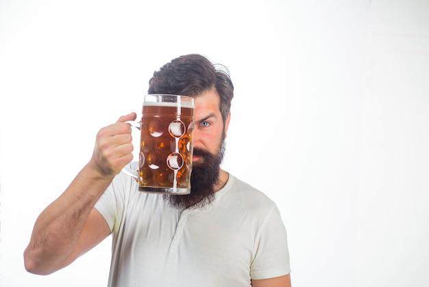 Немецкие традиции октоберфест пиво в стекле стильный мужчина пьет пиво из стекла пивной паб мужчина держит