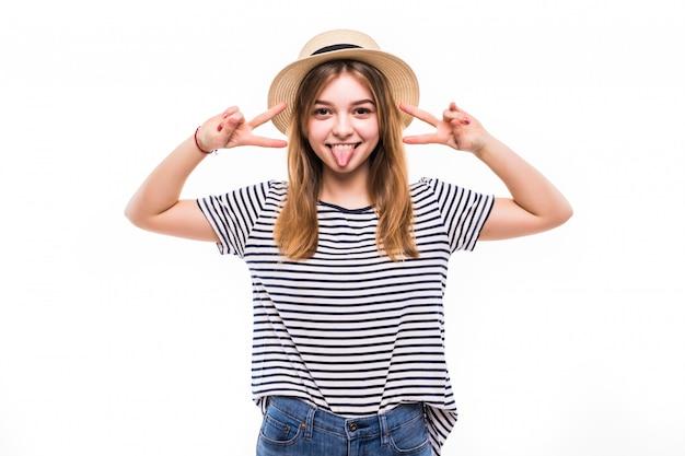 Молодая женщина, носить модные солнцезащитные очки, gesturing победы, изолированные на белой стене