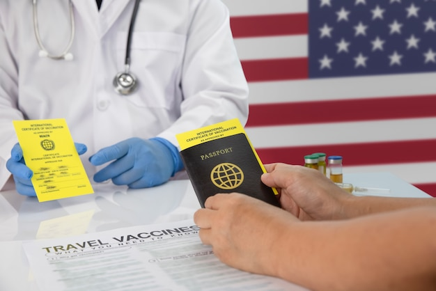 여행하기 전에 국제 예방 접종 증명서를 받으십시오.