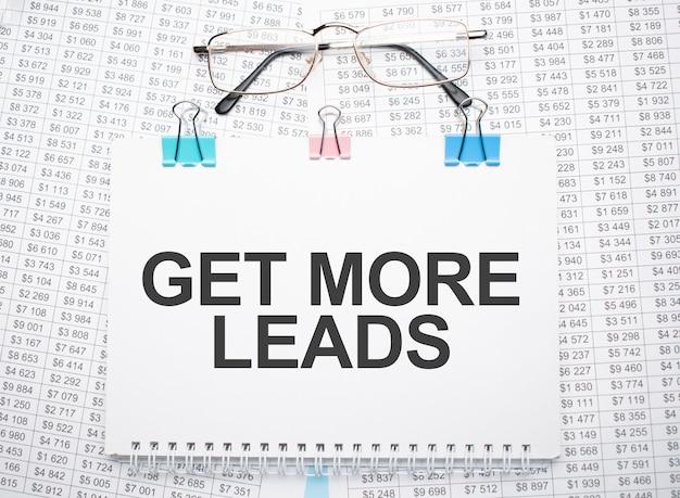 Получите больше текста для потенциальных клиентов, написанного на бумаге ручкой и очками