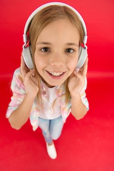 음악 계정 구독을 받으세요. 음악 개념을 즐기십시오. 항상 나와 함께하는 음악. 어린 소녀는 노래 헤드폰을 듣습니다. 온라인 라디오 방송국 채널. 레저 개념입니다. 여자 아이 음악 현대 헤드폰을 들어요.