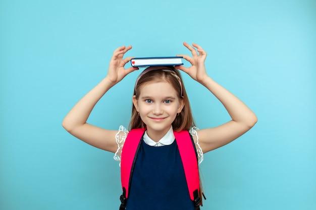 수업 준비. 고무적인 교육. 개인 훈련. 귀여운 웃는 여학생. 소녀는 어린 여학생입니다. 학교 일상 생활. 학교 동아리.