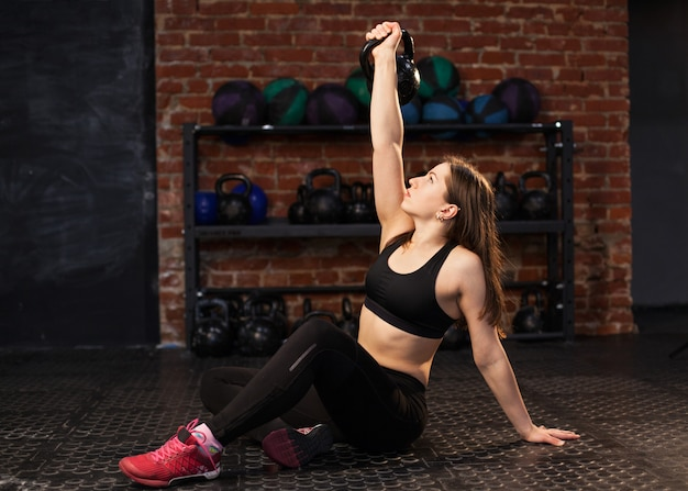 Женщина выполняет упражнения турецкий get up