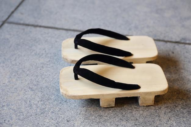 床の上の下駄伝統的な日本の木製の靴