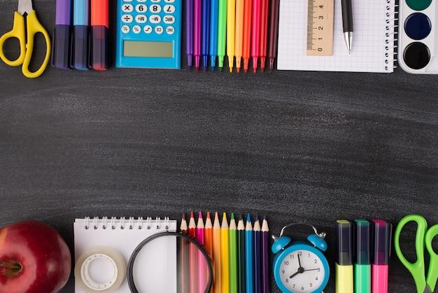학교 9월 1일 개념을 위한 준비. 카피스페이스가 있는 칠판에 격리된 사과 시계와 다채로운 편지지의 오버헤드 뷰 사진 위