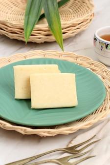 Гетук бандунг, индонезийская традиционная закуска джаджан пасар из бандунга, западная ява. сделано из маниоки и сахара