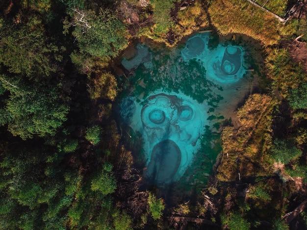 間欠泉ブルー、温泉のある銀色の湖