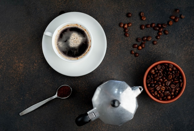 間欠泉コーヒーメーカーとコーヒーカップ