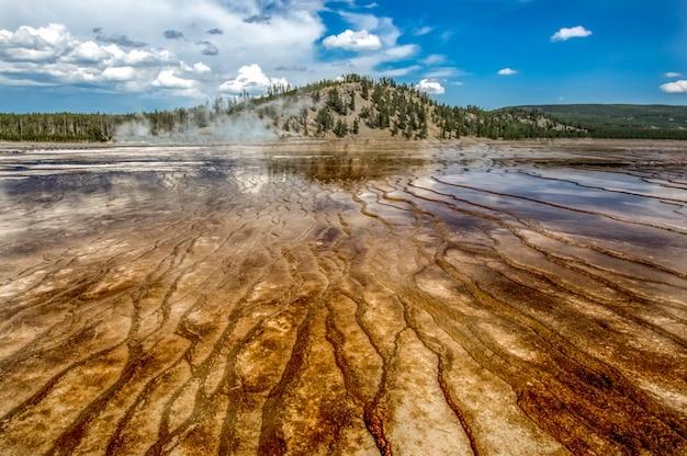 Гейзер в национальном парке йеллоустоун. невероятно красивый гейзер (горячий источник) в йеллоустонском национальном парке. прекрасные цвета. чудо света. вайоминг сша