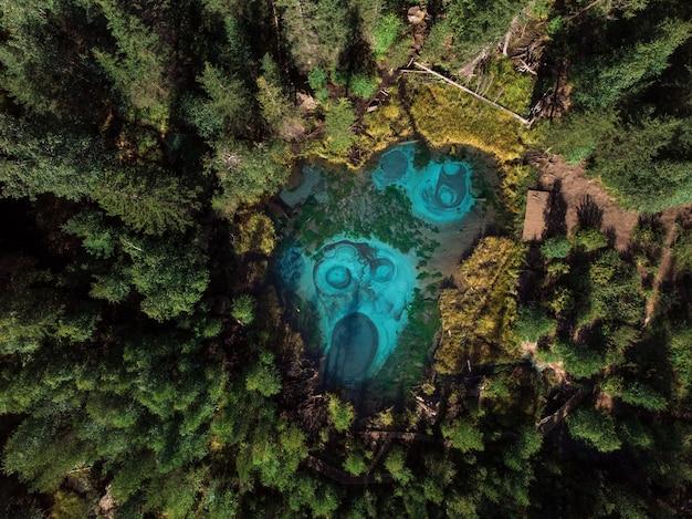 温泉と間欠泉湖