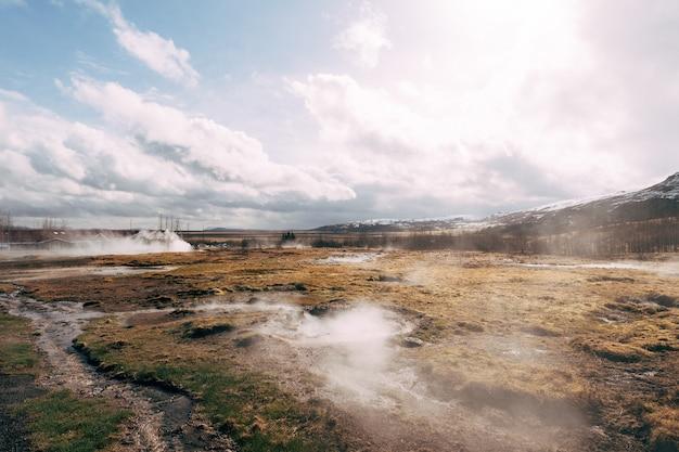 アイスランド南西部の間欠泉渓谷有名な観光名所間欠泉地熱地帯