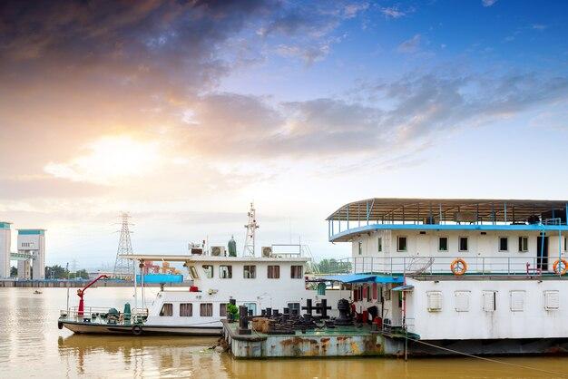 中国の揚子江にある有名なgezhoubaの大きな水保護区。