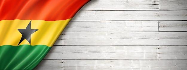 Флаг ганы на старой белой стене. горизонтальный панорамный баннер.