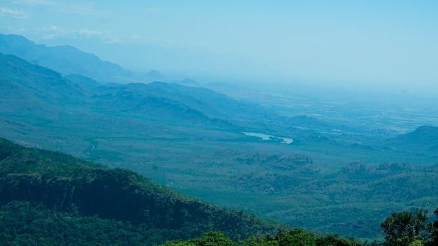 西部のghatsの積み重ねられた山々の眺め