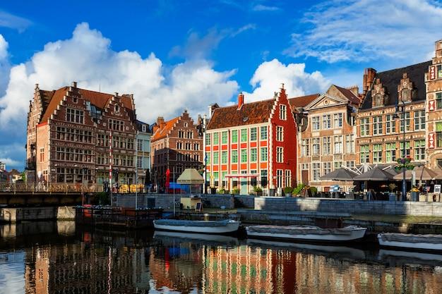 Гентский канал и улица граслей. гент, бельгия