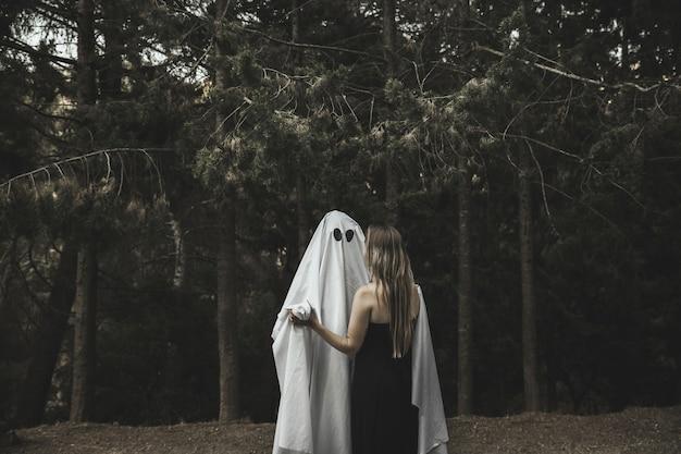 Призрак и леди, обнимающиеся в парке