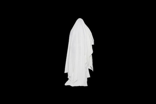 ゴースト屋外分離黒の背景に。ハロウィンコスチュームのアイデア。ホラー映画のコンセプト。怖いもの。すべての聖人イブの秋のごちそう。