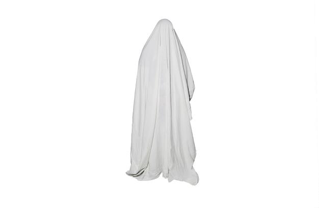 ゴーストは、白い背景で隔離の屋外。ハロウィンコスチュームのアイデア。ホラー映画のコンセプト。怖いもの。すべての聖人イブの秋のごちそう。