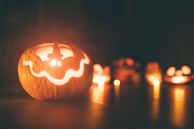 Призрачные тыквы на хэллоуин. иди джек на темном фоне. праздничные украшения для помещений.
