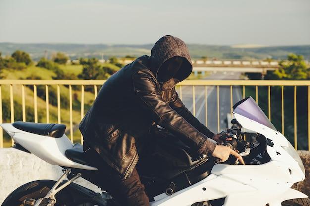 Призрачный гонщик. человек с маской на лице
