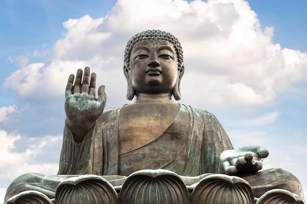 Гигантский будда в гонконге в летний день