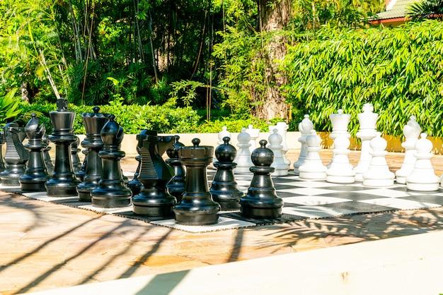 屋外の遊び場で巨大なチェス