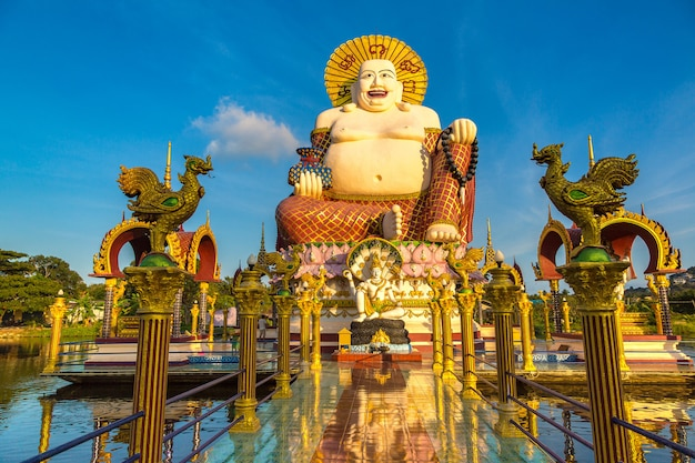 Гигантский счастливый будда в храме ват плай лаем, самуи, таиланд