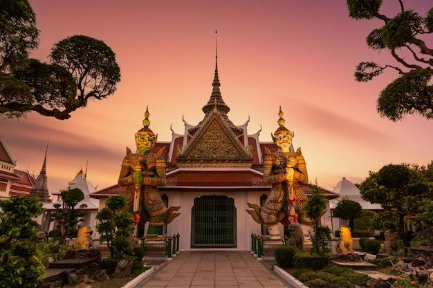 タイ、バンコクのバンコクヤイ地区にあるチャオプラヤー川のトンブリ西岸にある仏教寺院(ワットアルン)の前にある巨人。