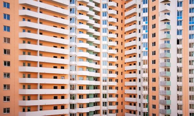巨大な複数のアパートの建物