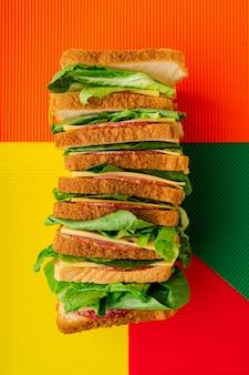 Гигантский многослойный бутерброд с салями и сыром