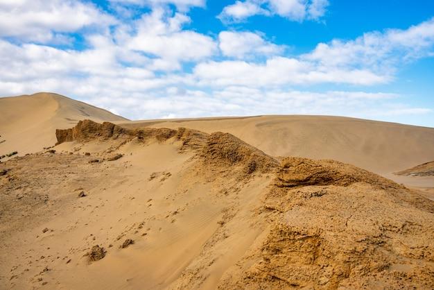 Гигантские песчаные дюны возле девяностомильного пляжа на западном побережье новой зеландии