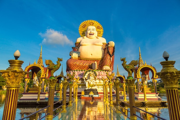 Гигантская улыбающаяся или счастливая статуя будды в храме ват плай лаем, самуи, таиланд