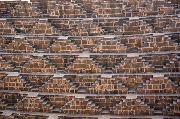 Гигантский ступенчатый колодец абханери в раджастане, индия