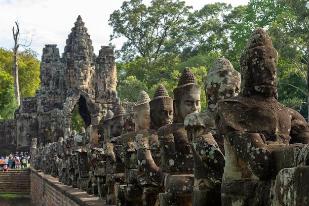 Гиганты в передних воротах ангкор-тома, в ангкор-ват, сием-рип в камбодже.